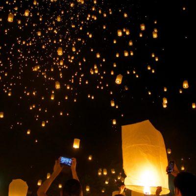 Festival de linternas flotantes al cielo en Chiang Mai. ¡Un espectáculo mágico! (Ni Yi Peng ni Loy Krathong)