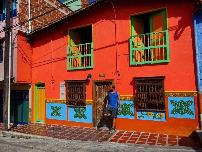 Guatap y su pe n el pueblo m s bonito y colorido de for Zocalos de fachadas fotos