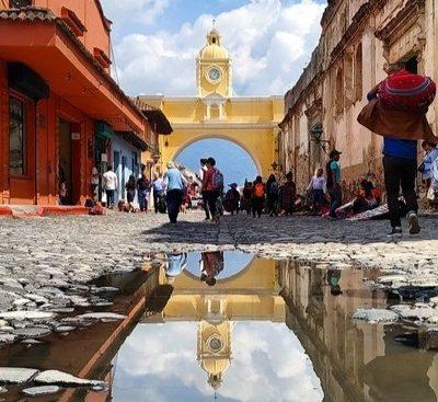 Antigua, la ciudad más bonita de Guatemala, el Volcán Acatenango y el de Fuego